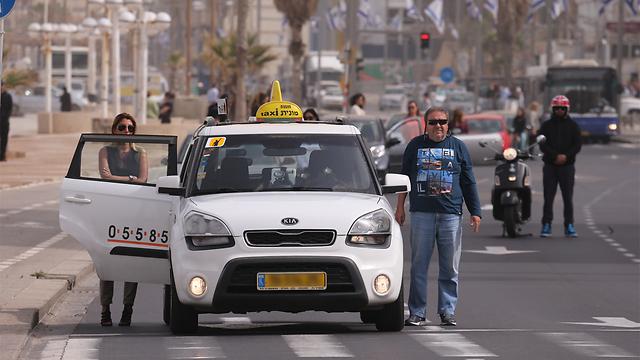 Israelis standing during the siren in Tel Aviv (Photo: Motti Kimchi)