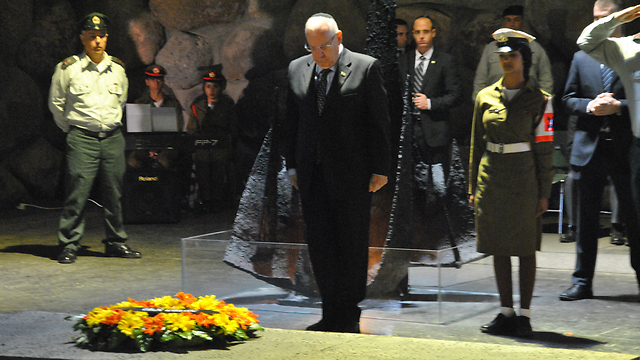 President Rivlin standing during the siren at the Yad Vashem Museum (Photo: Ofer Meir)