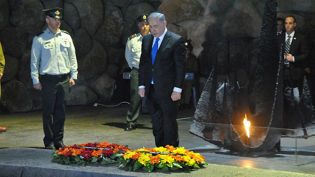 Prime Minister Netanyahu standing during the siren at the Yad Vashem Museum (Photo: Ofer Meir)