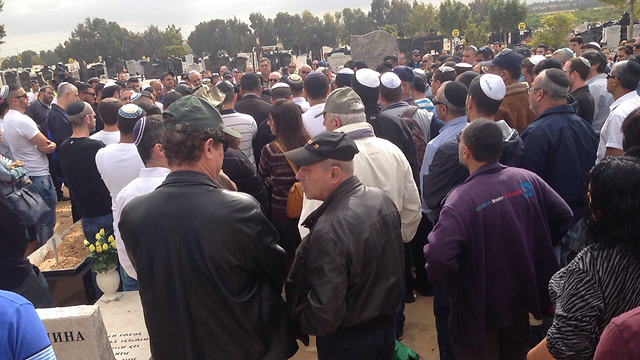 Hundreds at Benjamin Schlesinger's funeral (Photo: Ashdod Net)