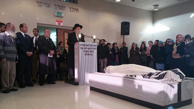 Rabbi Uri Sharki at funeral (Photo: Barel Efraim)