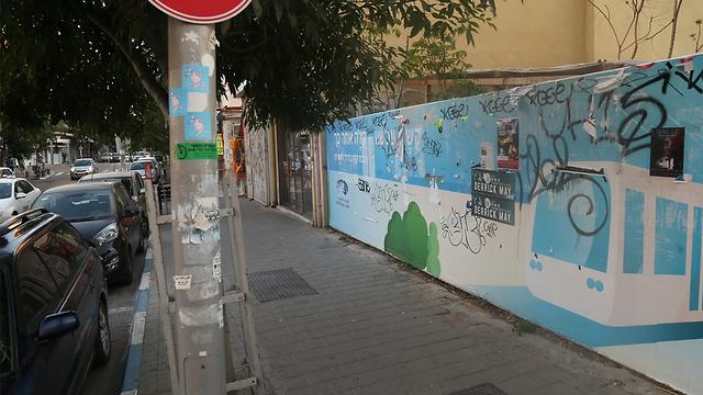 מגדרים את השטח באזור הרחובות יהודה הלוי-הרצל (צילום: מוטי קמחי) (צילום: מוטי קמחי)