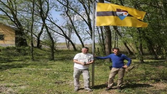 מניפים את הדגל במדינה לכאורה ()