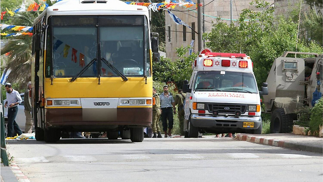 האוטובוס הפוגע בזירת התאונה (צילום: סוכנות תצפית) (צילום: סוכנות תצפית)