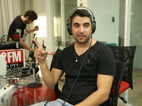 משה פרץ באולפן הרדיו (צילום: אורי דוידוביץ') (צילום: אורי דוידוביץ')