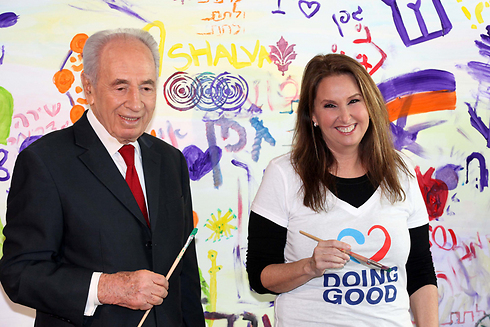 Peres with Shari Arison, owner of Arison Holdings, which controls Bank Hapoalim (Photo: Sivan Farj)