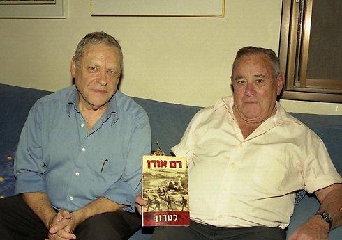 הסופר רם אורן (משמאל) לצד אילת והספר לטרון שנכתב בהשראת המפקד האגדי (צילום: דוד (דדה) עינב) (צילום: דוד (דדה) עינב)