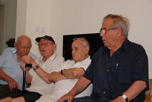 במהלך השבעה על בנו יפתח שנפטר לפני שנתיים עקב פציעתו במלחמת לבנון הראשונה (צילום: דוד (דדה) עינב) (צילום: דוד (דדה) עינב)