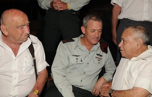 Eilat (R) with former IDF cheif of staff Benny Gantz (Photo: David Einav)