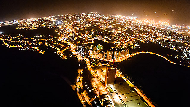 חיפה מוארת בלילה (צילום: ישראל ברדוגו )