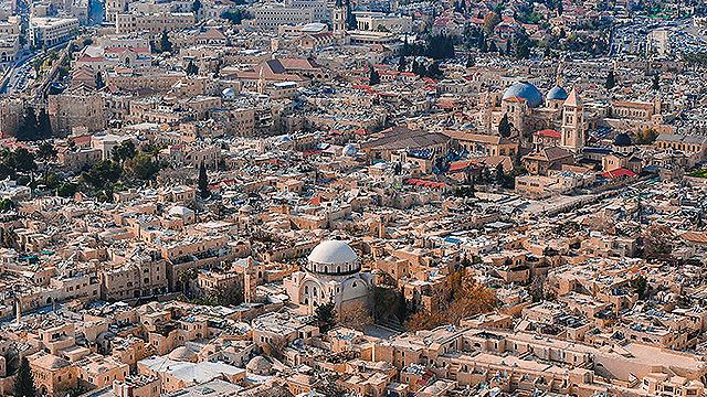 העיר העתיקה בירושלים, ובמרכזה בית הכנסת החורבה (צילום: ישראל ברדוגו )