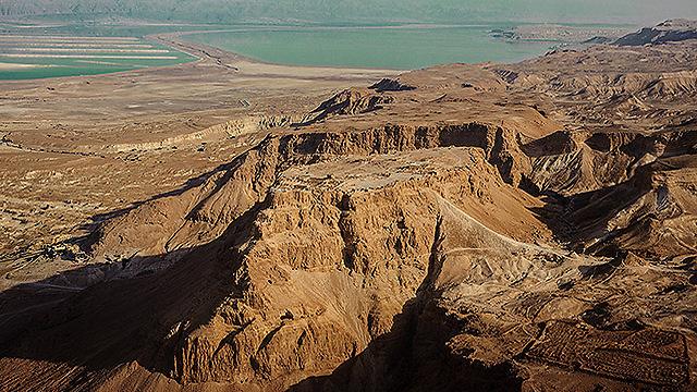 מצדה, והשבילים העולים אליה (צילום: ישראל ברדוגו )
