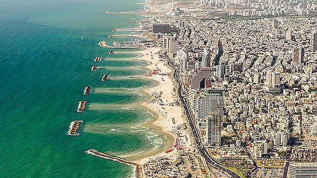 רצועת החוף של תל אביב (צילום: ישראל ברדוגו )