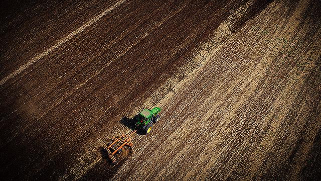 חקלאי בעמק יזרעאל (צילום: ישראל ברדוגו )
