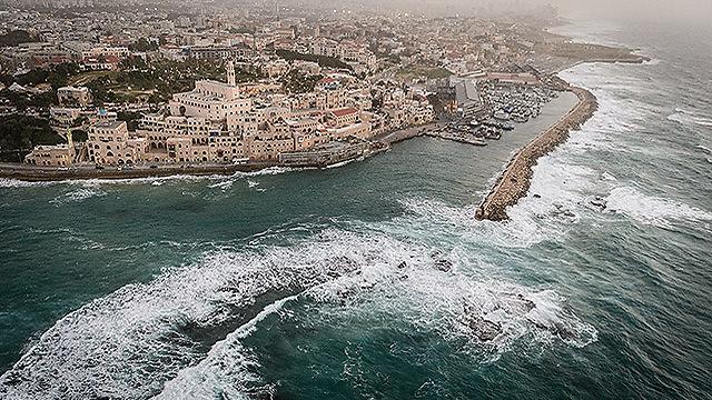 נמל יפו בסערה האחרונה (צילום: ישראל ברדוגו )