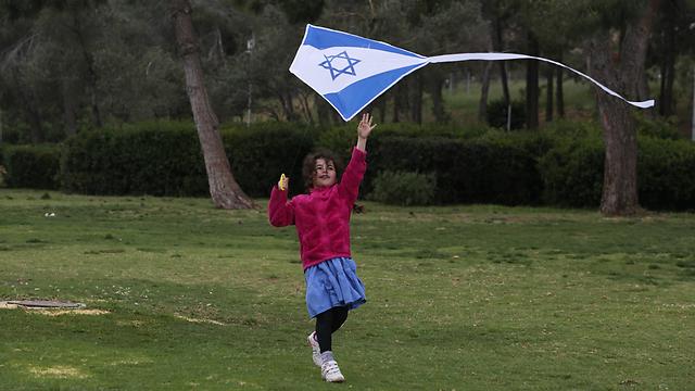 Girl flies kite with Israeli flag on Independence Day (Photo: Gil Yohanan)