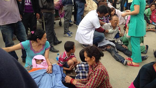 עשרות פצועים בקטמנדו (צילום: AP)