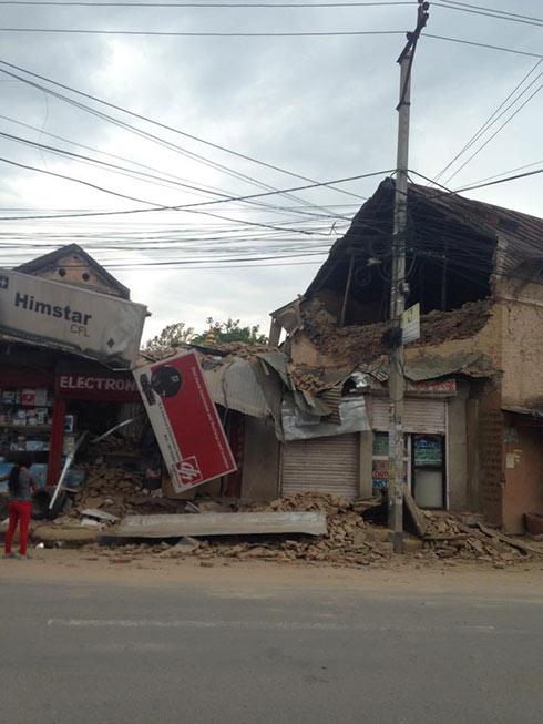 בניינים קרסו כהרף רוח בקטמנדו ()