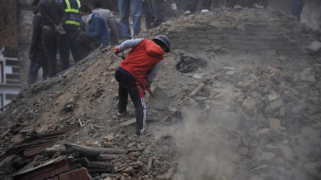 מחפשים ניצולים  (צילום: AFP) (צילום: AFP)