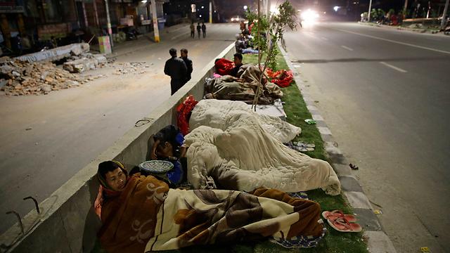 חוששים מרעשי משנה, ישנים ברחוב (צילום: EPA) (צילום: EPA)