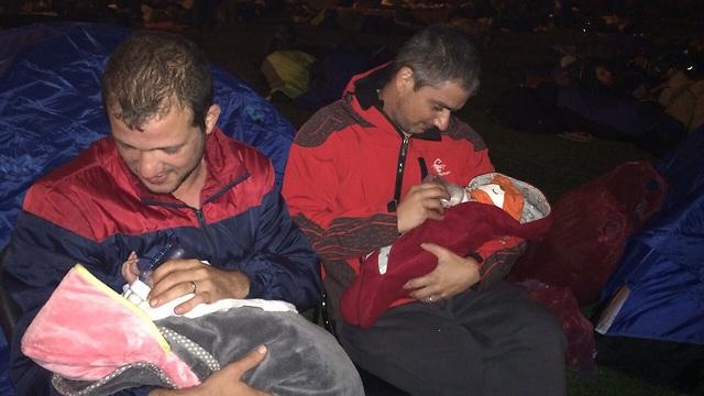 ההורים הפונדקאים מטפלים בתינוקות לאחר האסון ()