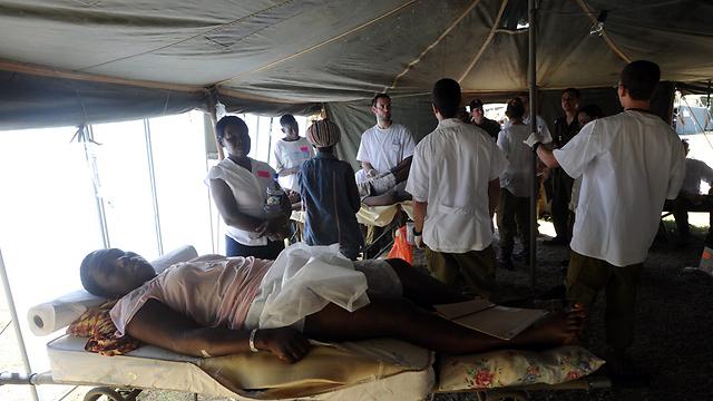 בית חולים שדה ישראלי בהאיטי, 2010 (צילום: AP) (צילום: AP)