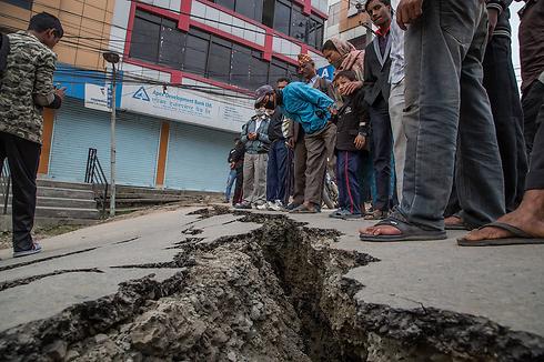 סדק שנפער בכביש בנפאל (צילום: gettyimages) (צילום: gettyimages)