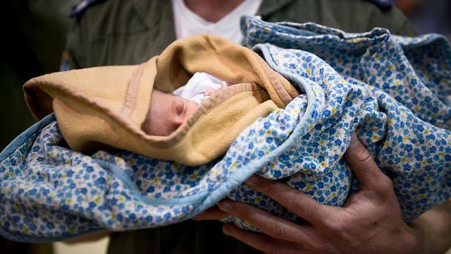 """בידיים של צה""""ל: תינוק ישראלי עם הגעתו לישראל לפנות בוקר (צילום: דובר צה""""ל ) (צילום: דובר צה"""