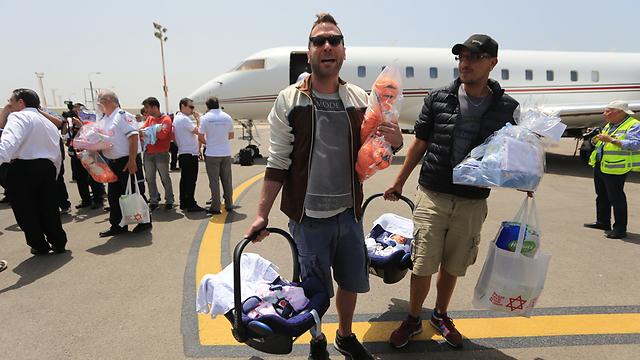 הורים ישראלים לילדי פונדקאות חוזרים מנפאל אחרי רעידת האדמה (צילום: ירון ברנר) (צילום: ירון ברנר)