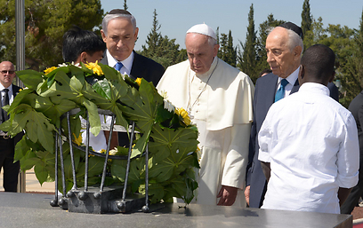 Pope Francis lays a wreath on Theodor Herzl's grave in 2014. A special historical meaning (Photo: Marc Neiman, GPO)