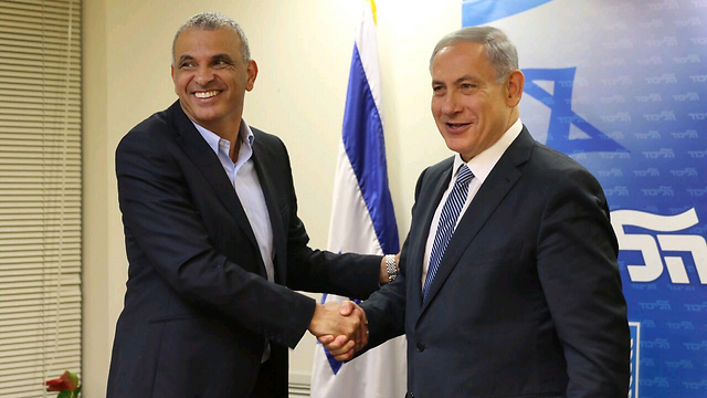 Kulanu Chairman Moshe Kahlon and Prime Minister Benjamin Netanyahu at the signing of the coalition agreement