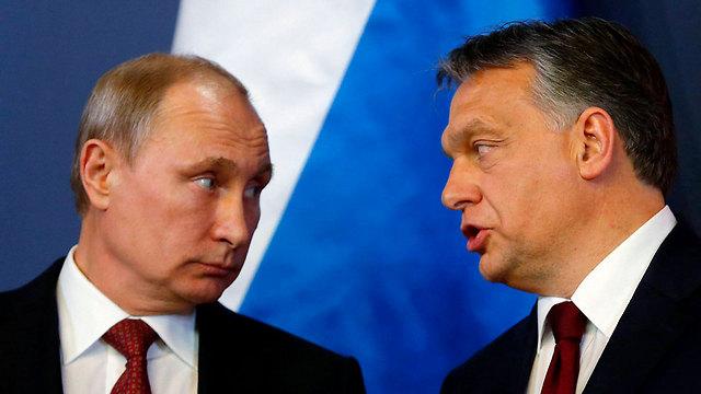 """ראש ממשלת הונגריה עם נשיא רוסיה פוטין. משקיפים אירופים: """"התקשורת פגיעה ונתונה ללחצים פוליטיים"""" (צילום: רויטרס)"""