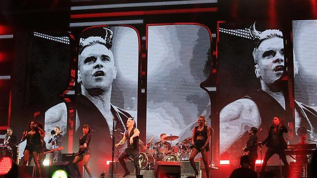 Robbie rocks the stage (Photo: Yaron Brener)