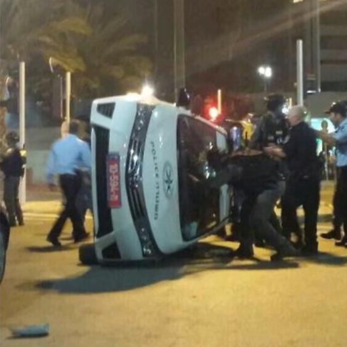 ניידת משטרה הפוכה במהלך העימותים האלימים ()