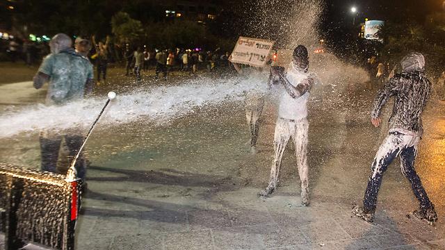 פרץ של מחאה בכיכר רבין  (צילום: AFP) (צילום: AFP)