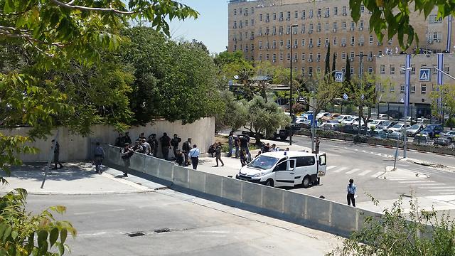 היערכות לקראת הפגנה מול בית ראש הממשלה (צילום: אלי מנדלבאום) (צילום: אלי מנדלבאום)