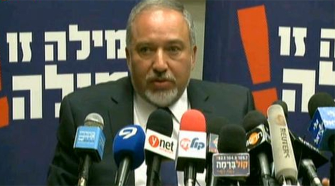 Avigdor Lieberman announcing his decision to enter the opposition. (Photo: Ofer Meir)