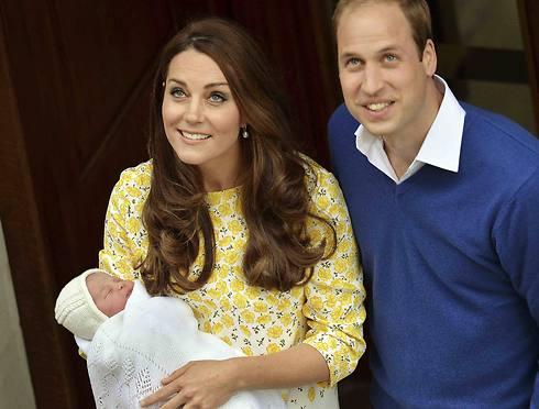 בחרו לחגוג בטקס צנוע. וויליאם, קייט והנסיכה שרלוט לאחר הלידה בחודש מאי (צילום: רויטרס) (צילום: רויטרס)