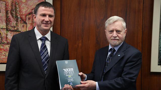"""מבקר המדינה מגיש את הדו""""ח ליו""""ר הכנסת (צילום: דוברות הכנסת)"""