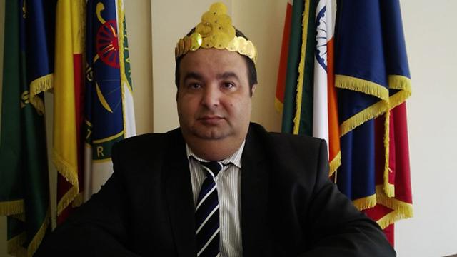 Cioaba wearing golden crown.