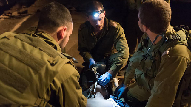 IDF troops administering medical aid to wounded Syrian (Photo: IDF Spokesperson's Unit) (Photo: IDF Spokesperson's Unit)