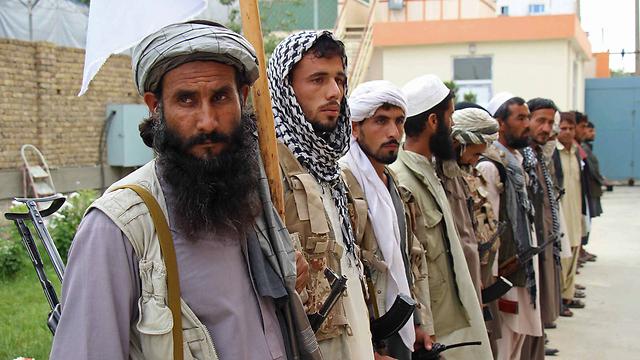 """כוחות הביטחון האפגניים, שבאימונם וחימושם השקיעה ארה""""ב מיליארדים רבים של דולרים, מגלים אוזלת יד מתמשכת בהתמודדות עם כוחות הטליבאן  (צילום: AFP)"""