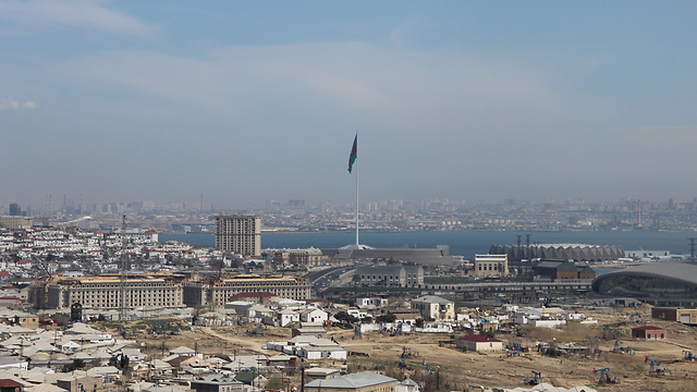 באקו. ודגל אזרבייג'ן - השני בגובהו בעולם (צילום: בילי פרנקל) (צילום: בילי פרנקל)