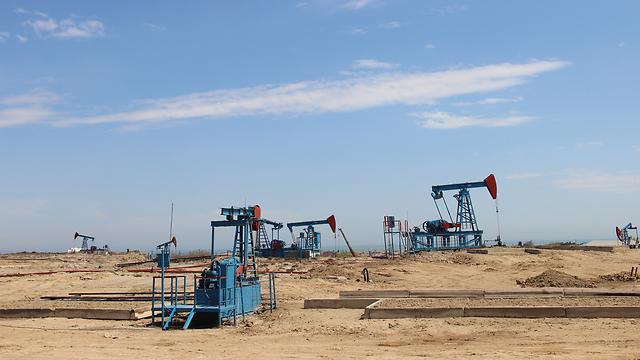 משאבות הנפט ליד באקו. פעם הנפט היה פזור על הקרקע (צילום: בילי פרנקל) (צילום: בילי פרנקל)
