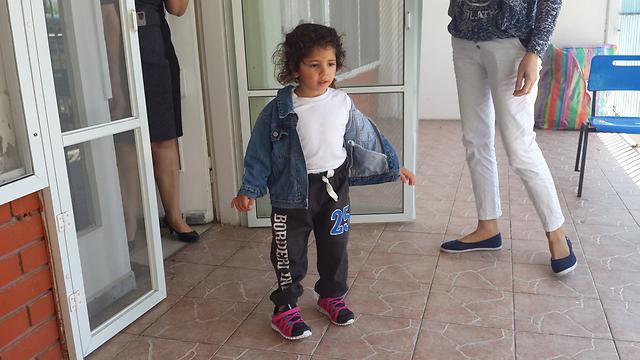 צעדיה הראשונים של יארה, לאחר כמה חודשים. הספיקה ללמוד עברית בבית החולים ()