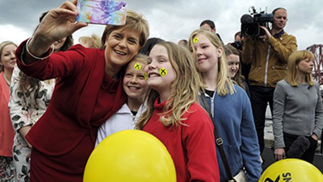 """המנצחת הגדולה של הבחירות. מנהיגת """"המפלגה הלאומית הסקוטית"""" ניקולה סטרג'ן (צילום: AFP)"""