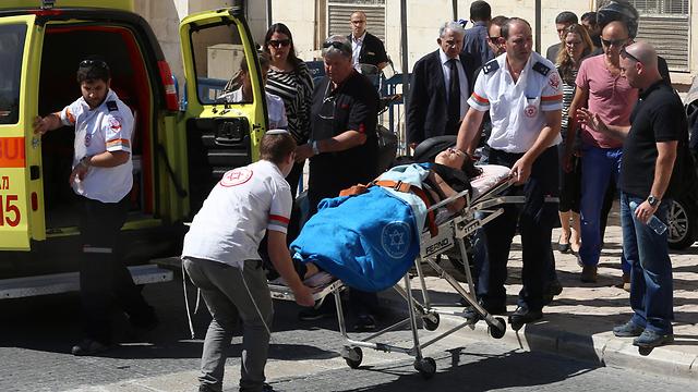 דוד, לאחר התעלפותה בבית המשפט (צילום: עמית שאבי, ידיעות אחרונות) (צילום: עמית שאבי, ידיעות אחרונות)