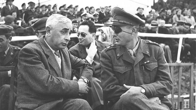 """לבון (משמאל) עם משה דיין (צילום: לע""""מ, באדיבות ארכיון צה""""ל במשרד הביטחון) (צילום: לע"""