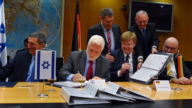 Signing ceremony at Kirya military base in Tel Aviv (Photo: Ariel Hermoni, Defense Ministry)