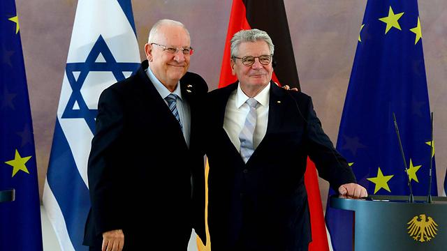 President Reueven Rivlin with German President Joachim Gaucki in Berlin (Photo: AFP)